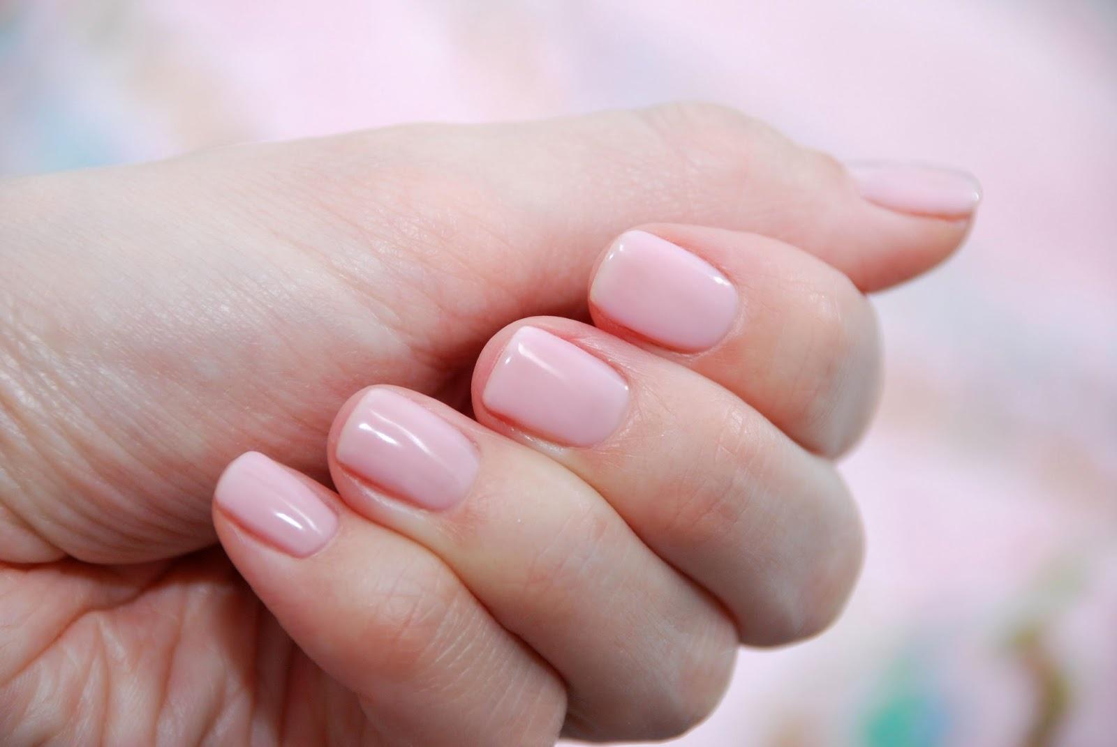 Светлый камуфляж для ногтей